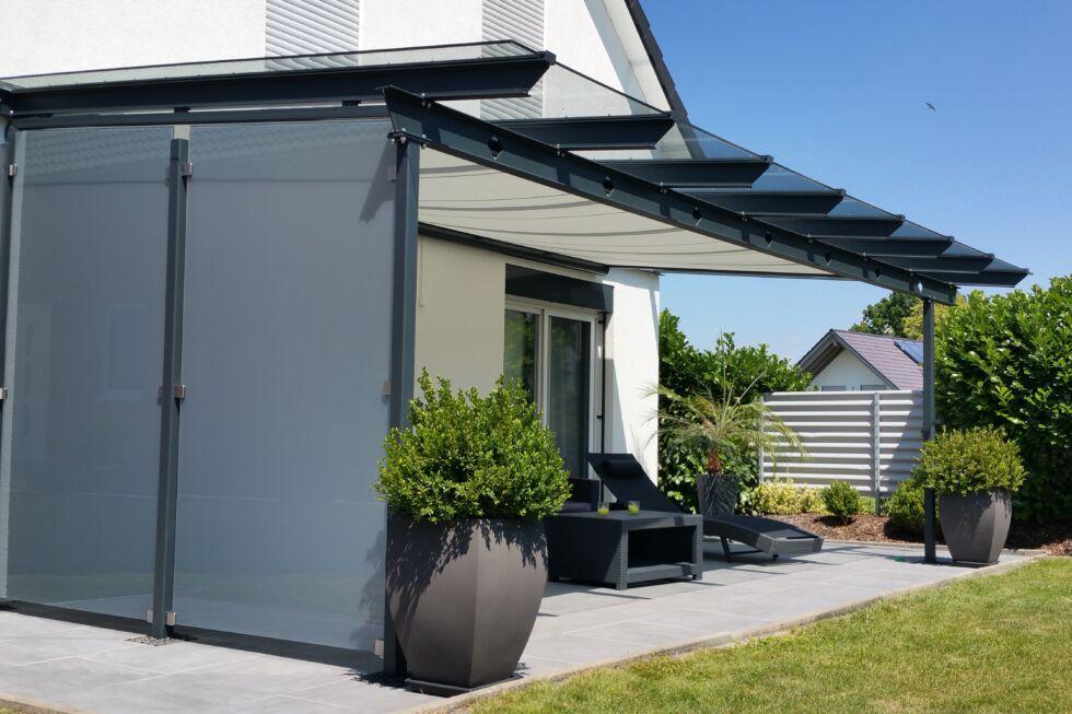 terrassenueberdachung mit windfang aus glas goeppingen